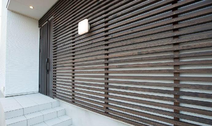 玄関アプローチには杉の飾り細工を